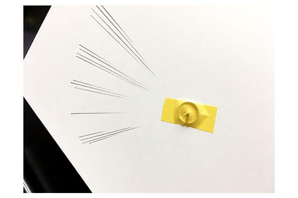 画びょうをマスキングテープで貼る